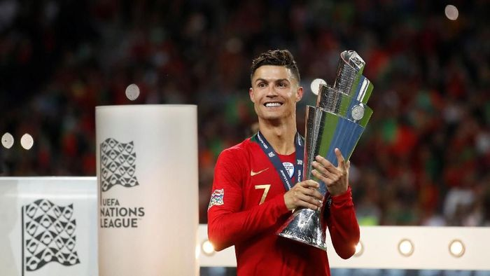Penyerang Portugal Cristiano Ronaldo merengkuh titel UEFA Nations League. (Foto: Carl Recine/Reuters)