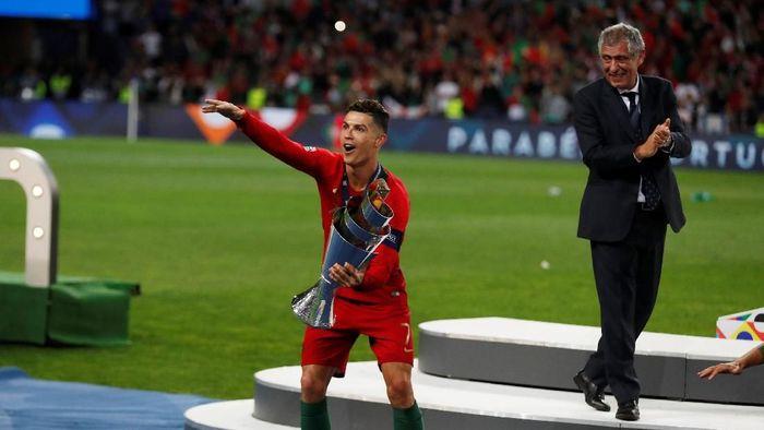 Cristiano Ronaldo tak tertarik bicarakan Ballon dOr (REUTERS/Rafael Marchante)