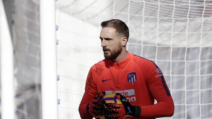 MADRID, SPAIN - FEBRUARY 16:  Jan Oblak of Atletico Madrid warms up prior to the La Liga match between Rayo Vallecano de Madrid and Club Atletico de Madrid at Campo de Futbol de Vallecas on February 16, 2019 in Madrid, Spain.  (Photo by Gonzalo Arroyo Moreno/Getty Images)