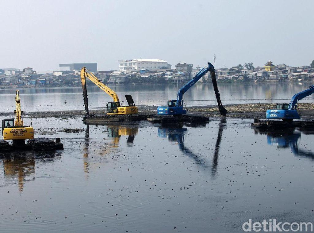 Waduk Pluit Alami Pendangkalan, Warga Keluhkan Bau Tak Sedap