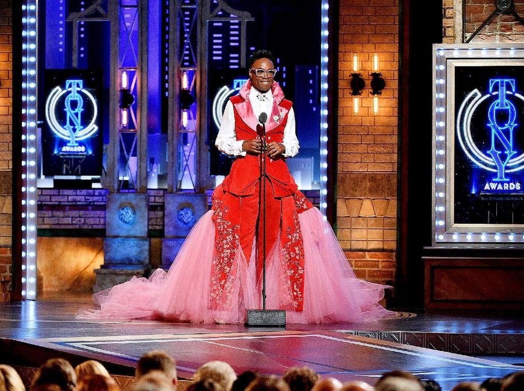 Datang ke Tony Awards, Aktor Ini Pakai Gaun Panjang dan High Heels
