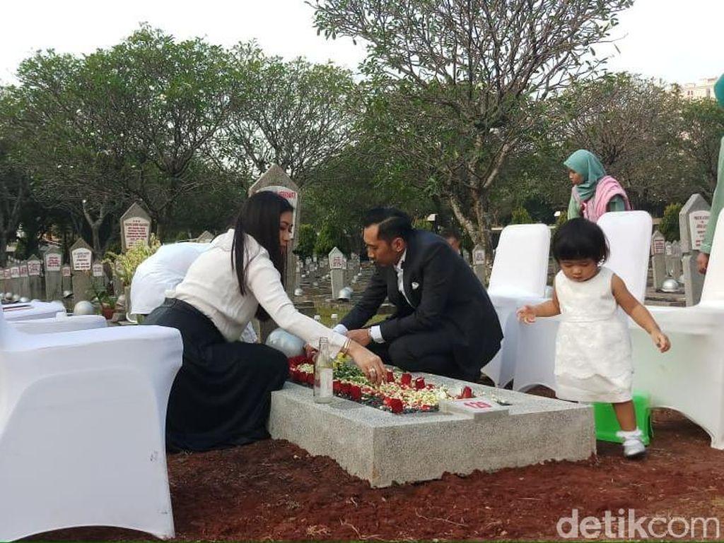 Ibas dan Keluarga Ziarah ke Makam Ani Yudhoyono di TMP Kalibata
