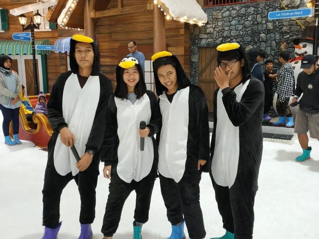 Penguin Sampai Moana Hibur Pengunjung di Trans Snow World Juanda
