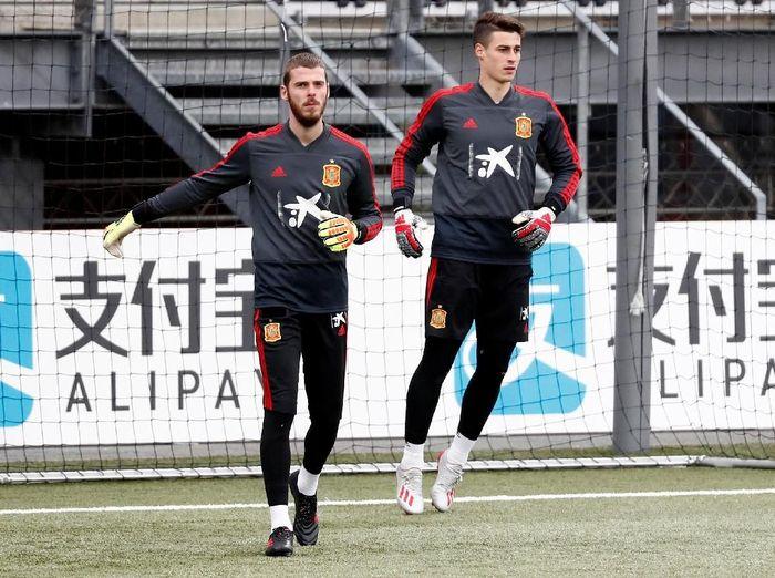 Kepa Arrizabalaga dan David De Gea saat berlatih bersama di timnas Spanyol. (Foto: Sergio Perez / Reuters)
