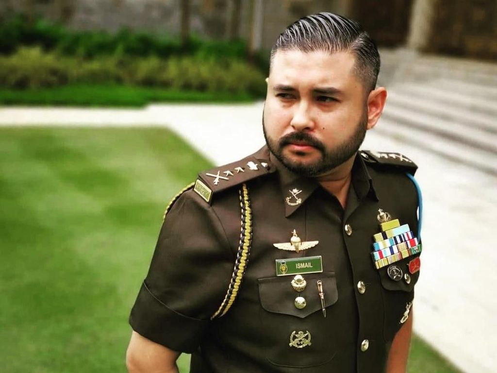 Gaya Mewah Pangeran Malaysia, Dikritik Sebut Bajunya Hanya untuk Bangsawan