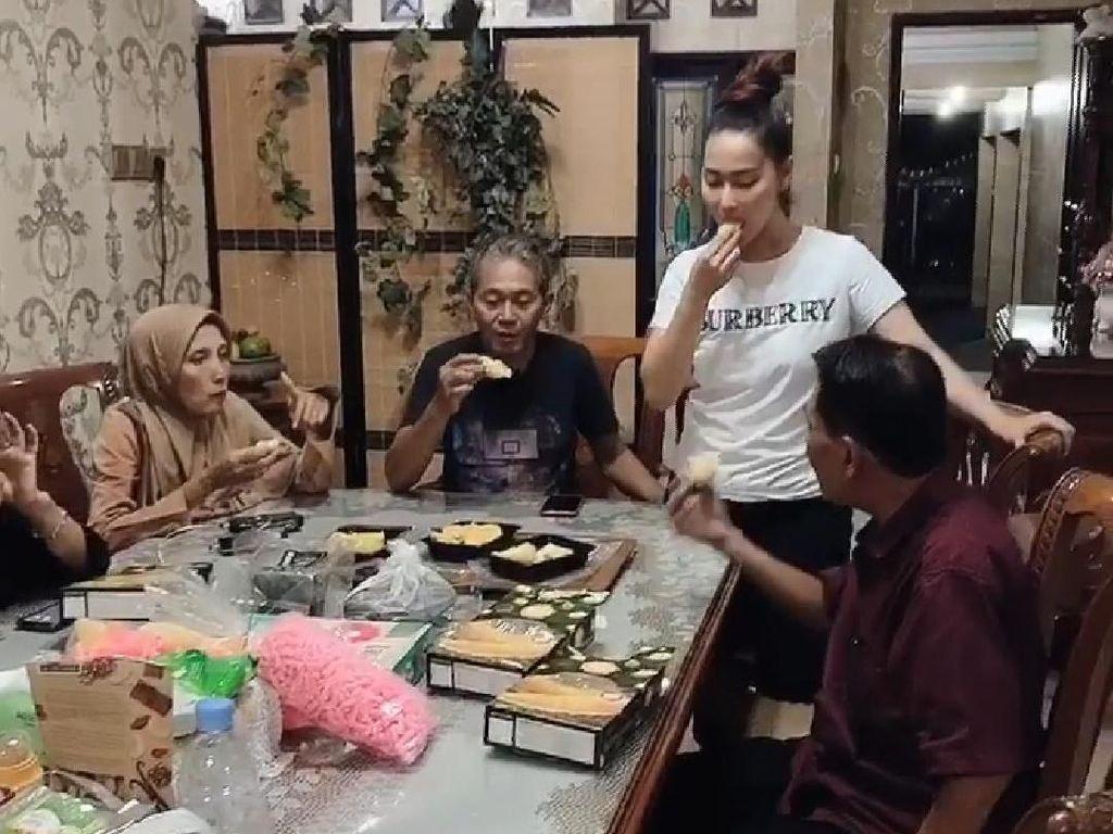 Lebaran di Jawa Timur, Inul Borong Durian Sampai 4 Kulkas