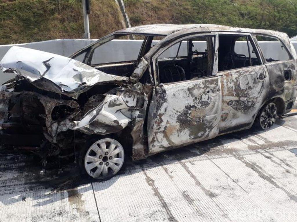 Kondisi Bangkai MPV yang Terbakar di Tol Pandaan-Malang
