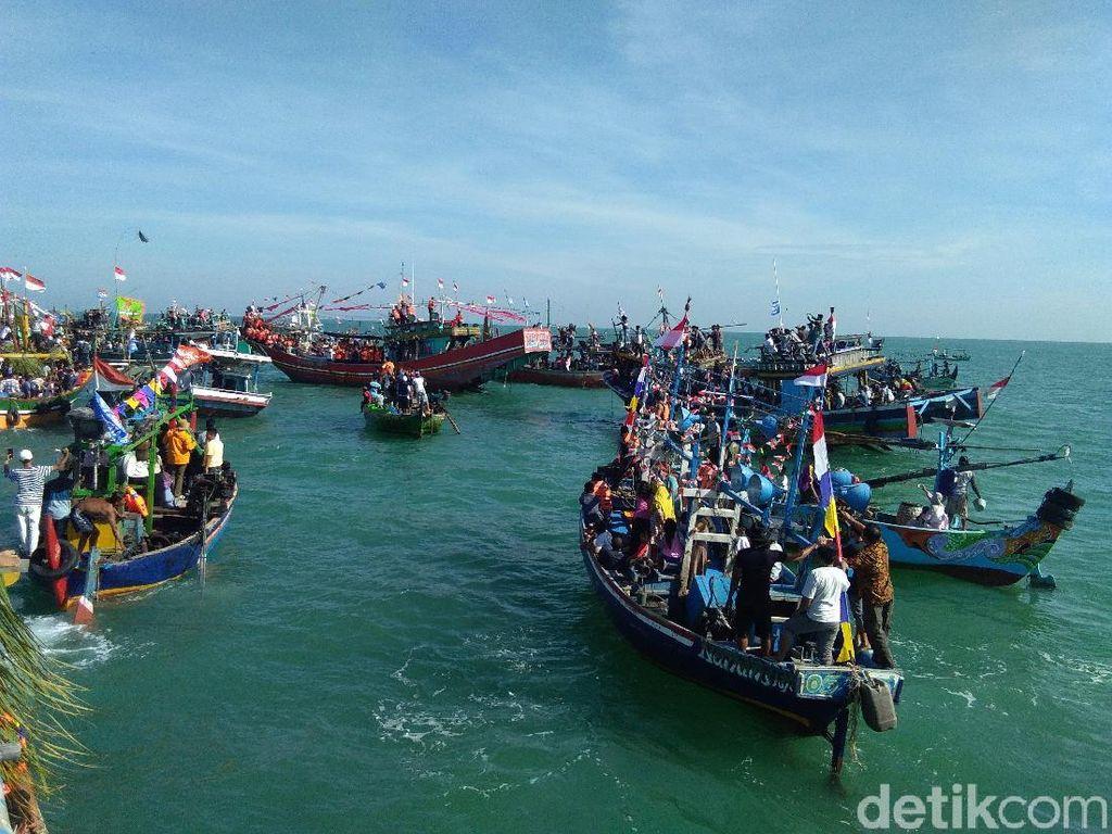 Seratusan Kapal Iringi Larung Kepala Kerbau di Pesta Lomban Jepara