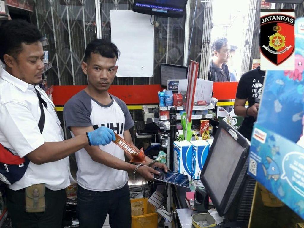 Jebol Atap, Dani Curi Uang dan Dagangan di Minimarket di Jakut