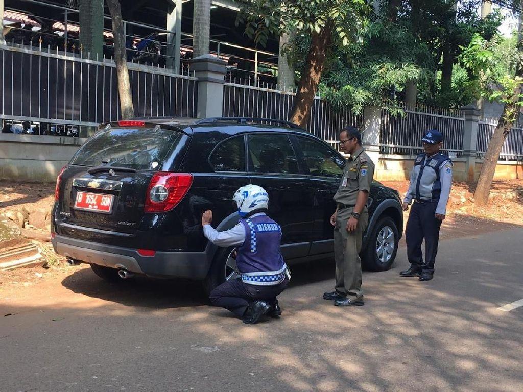 Razia Parkir Liar di Kompleks DPR Rawajati, Dishub Gembosi Mobil Pelat Merah