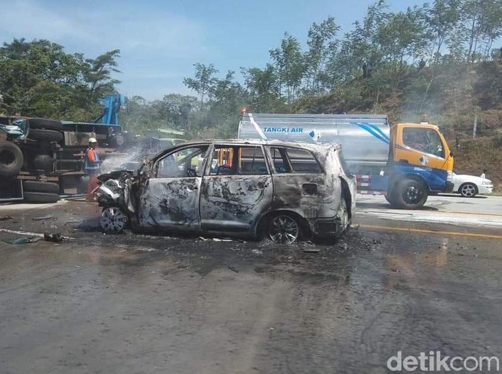 7 Penumpang MPV yang Terbakar di Tol Pandaan-Malang Hanya Luka Ringan