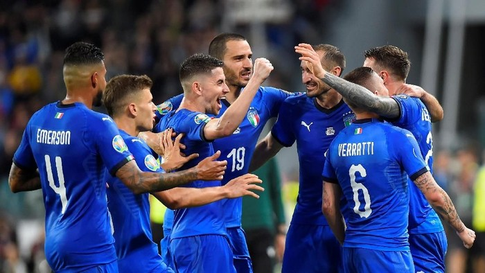 Soccer Football - Euro 2020 Qualifier - Group J - Italy v Bosnia and Herzegovina - Allianz Stadium, Turin, Italy - June 11, 2019  Italys Marco Verratti celebrates scoring their first goal with team mates.  REUTERS/Massimo Pinca