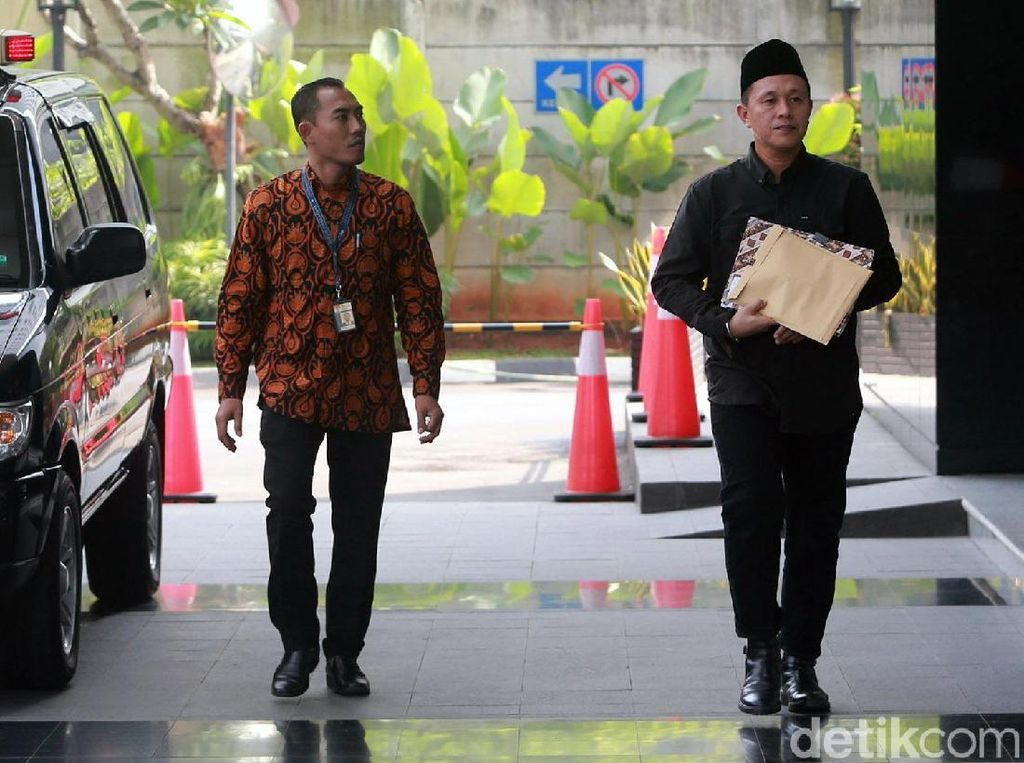 Berpakaian Serba Hitam, Eks Bupati Lampung Tengah Diperiksa KPK