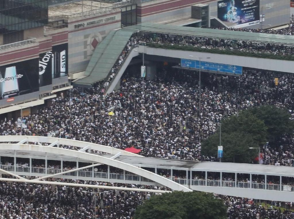 Pertokoan di Hong Kong Tutup, Pemiliknya Ikut Demo