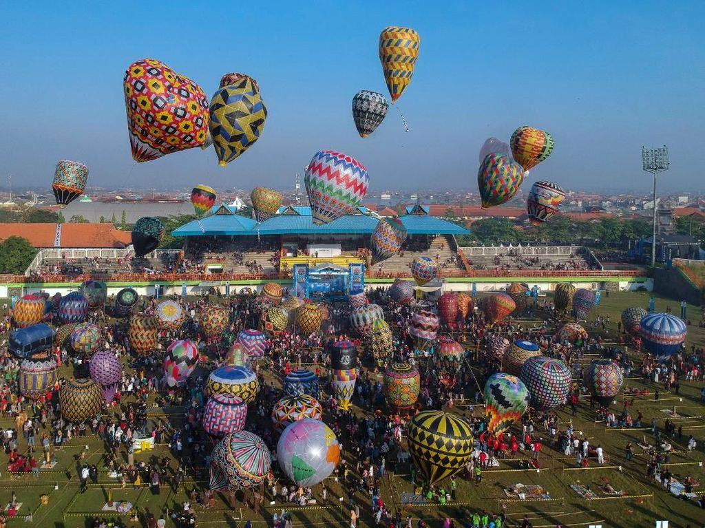 Aneka Balon Udara Warna-warni Hiasi Kota Pekalongan