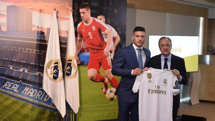 Striker baru Real Madrid Luka Jovic dipresentasikan kepada media. (Foto: Denis Doyle / Getty Images)