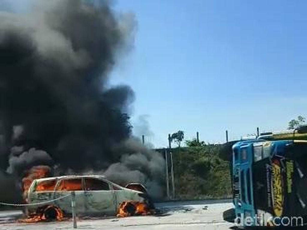 Saksi Sebut Truk Terguling di Tol Pandaan Lalu Ditabrak MPV dari Belakang