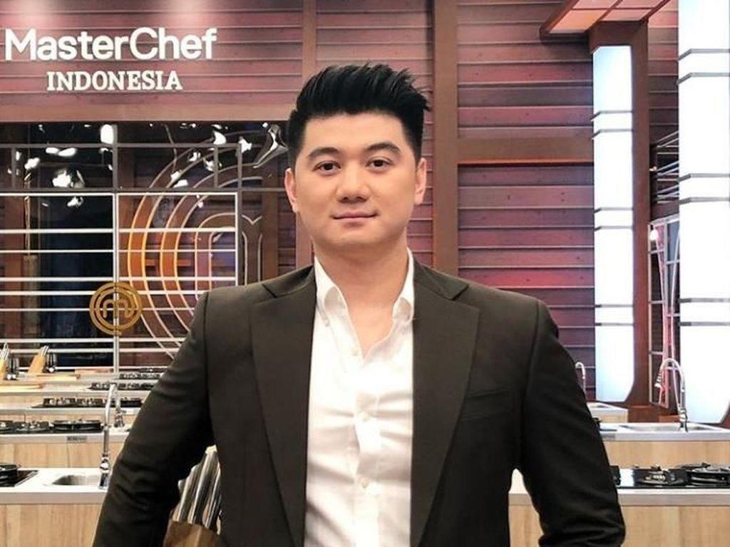 Sambil Masak, Chef Arnold Cerita Awal Ketemu Istri dan Tambah Anak