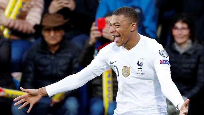 Kylian Mbappe mencapai gol ke-100 membela Prancis mengalahkan Andorra 4-0. (Foto: Albert Gea/Reuters)