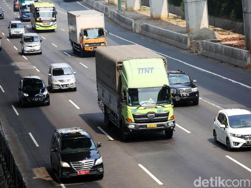 Arus Balik Kelar, Truk Kembali Lintasi Tol Jakarta Cikampek