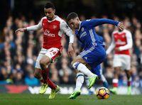 Solo run Eden Hazard yang membuat Coquelin terjatuh (AFP)