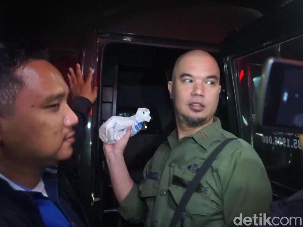 Dikawal Petugas, Ahmad Dhani Diterbangkan ke Jakarta