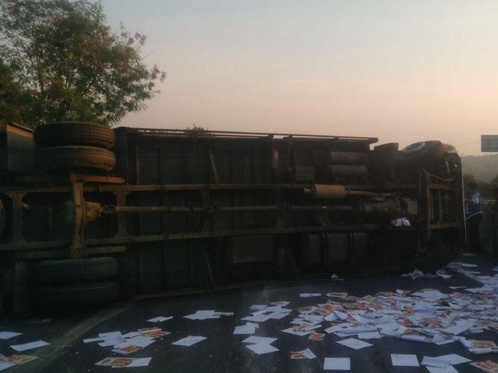 Dramatis! Video Evakuasi Sopir Truk yang Terguling di Cicalengka