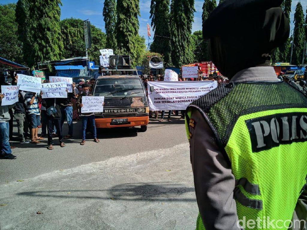 Warga Demo di Depan DPRD Ponorogo Tuntut Pembatalan Hasil Pilkades