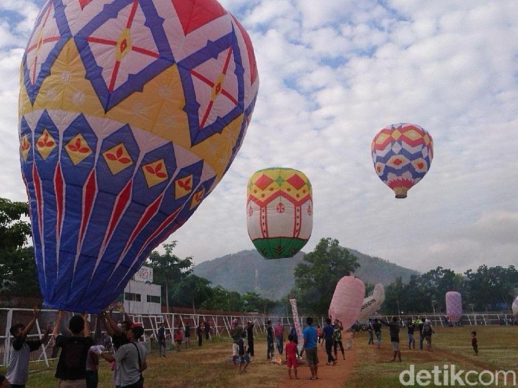 Puluhan Balon Udara Beraneka Warna dan Bentuk Hiasi Langit Trenggalek