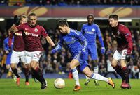 Aksi Eden Hazard melewati pemain Sparta Praha