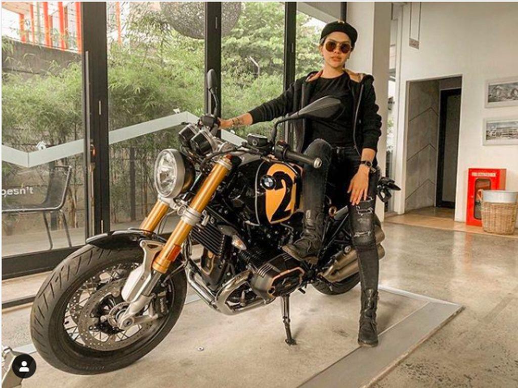 Gaya Nikita Mirzani Nangkring di Atas Moge BMW