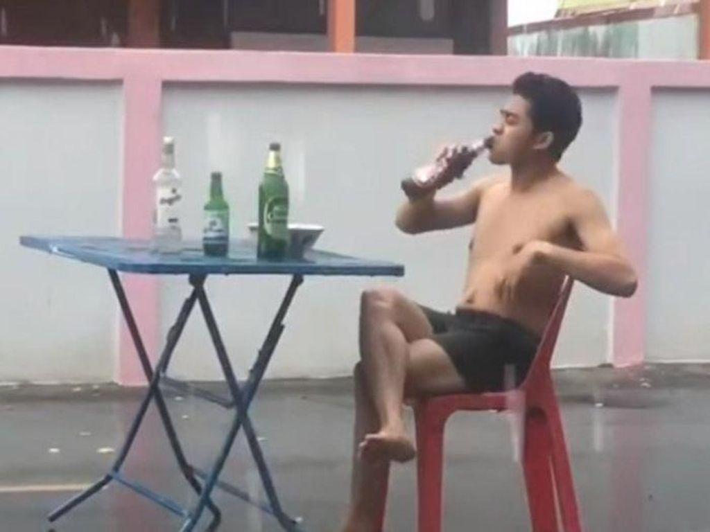 Hujan Deras, Pria Ini Lanjut Makan Mie dan Minum di Tengah Jalan