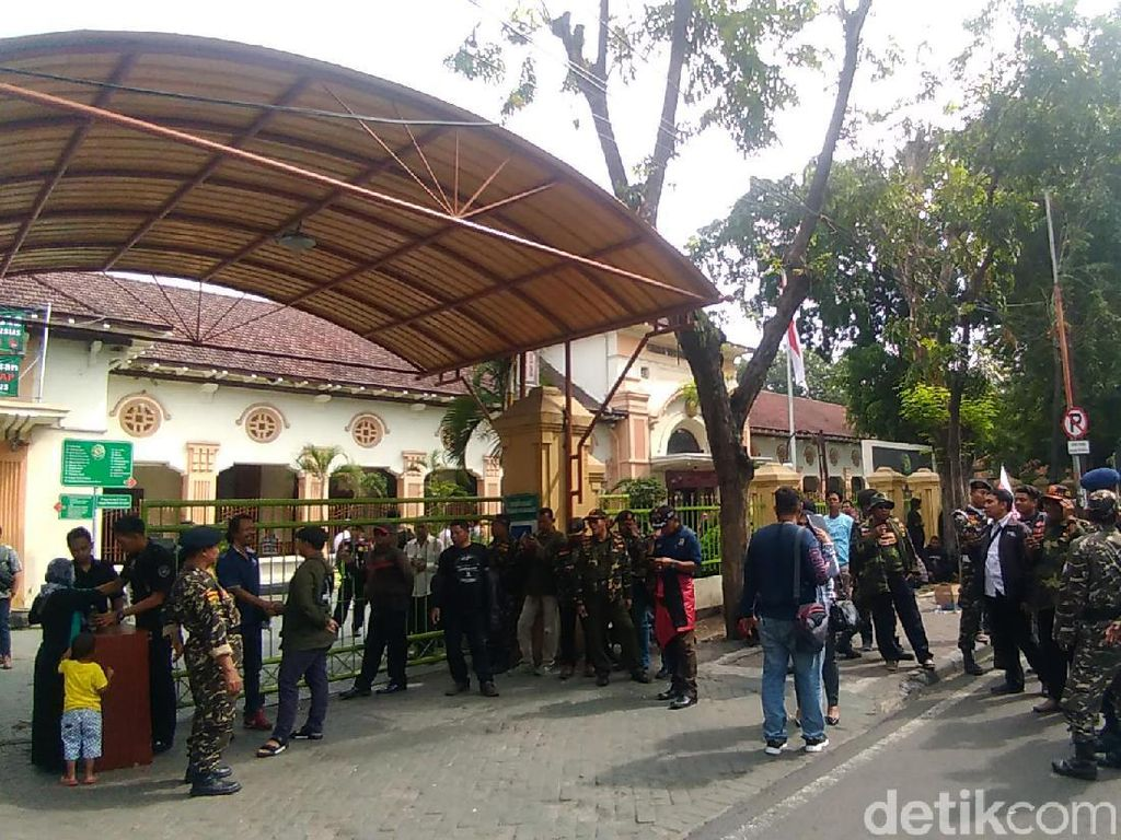 Massa Banser, Ansor, dan FPI Kawal Sidang Gus Nur di PN Surabaya