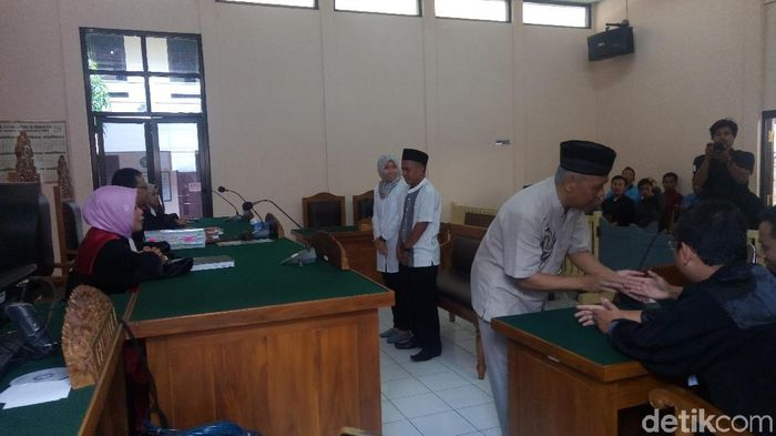 Sidang tuntutan Dwi Irianto dkk dalam kasus mafia bola ditunda. (Uje Hartono/detikSport)