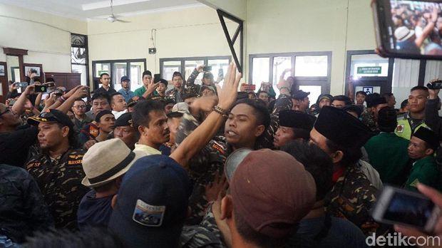 Suasana Luar Ruang Sidang Gus Nur Memanas, Kubu Pro dan Kontra Bersitegang