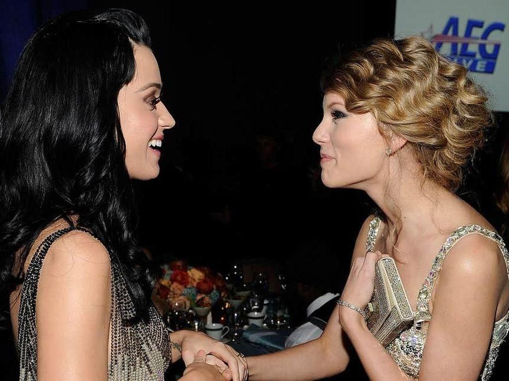 Cie! Taylor Swift dan Katy Perry Mesra di Video Musik YNTCD