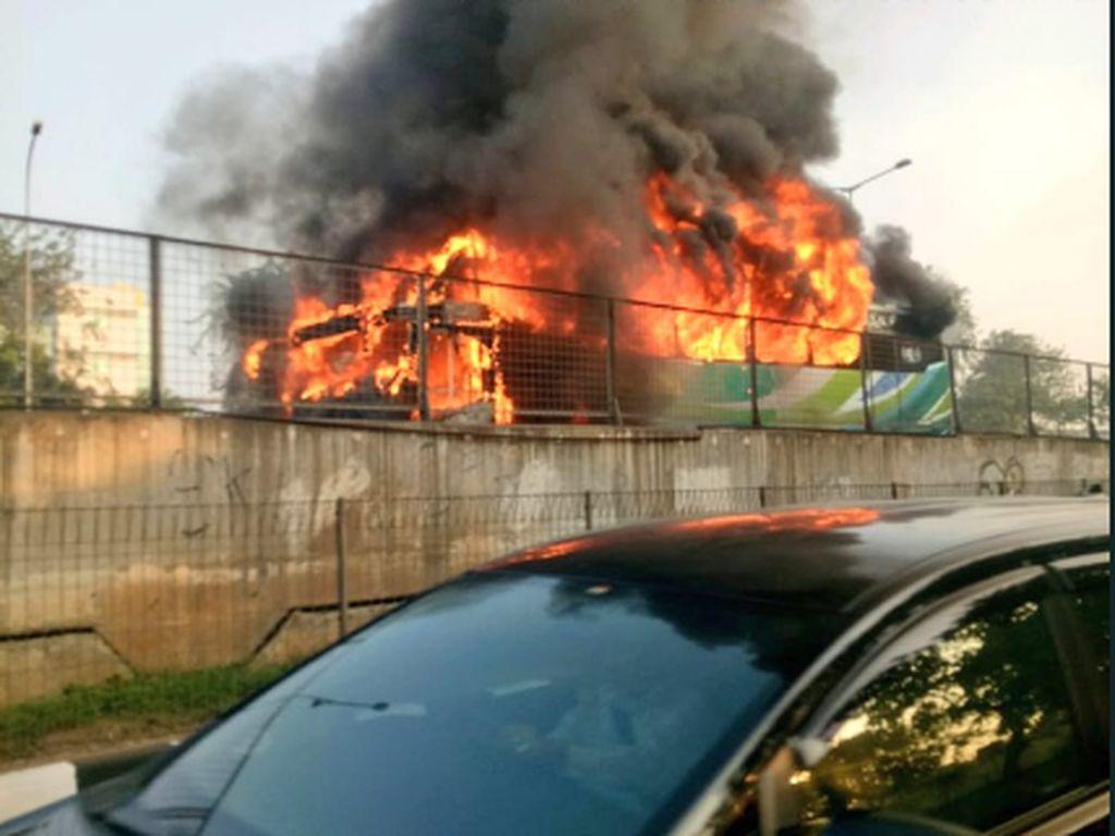 Bus Penumpang Terbakar di Ruas Tol JLB Arah Cengkareng Pagi Ini