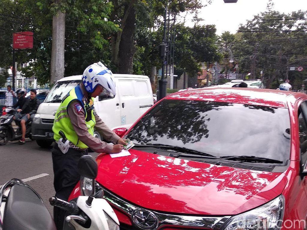 Petugas Gembosi-Cabut Pentil Kendaraan Parkir Liar di Bandung
