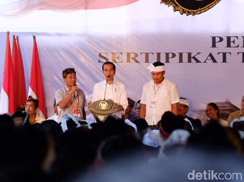 Absen Saat Kampanye, Jokowi Kini Kembali Bagi-bagi Sepeda ke Warga