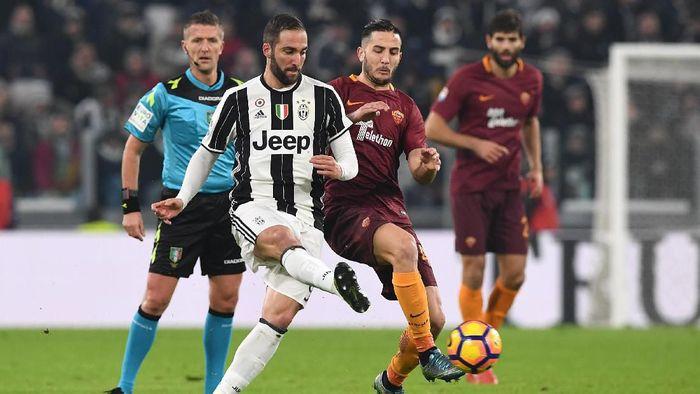Juventus kabarnya ingin menukar Gonzalo Higuain dengan Kostas Manolas (Foto: Valerio Pennicino/Getty Images)