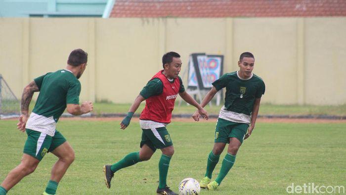Gelandang Persebaya, Rendi Irwan (kiri) mengeluhkan jadwal padat Liga 1 2019. (Suparno/detikSport)