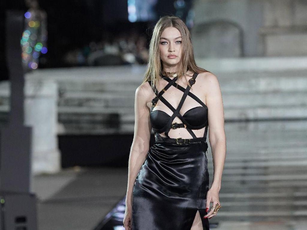 Foto: Gigi Hadid Hingga Joan Smalls Reunian di Catwalk, Lihat Gaya Seksinya