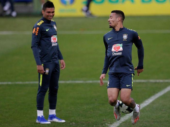 Pemain Timnas Brasil, Casemiro dan Gabriel Jesus, dalam satu sesi latihan menjelang Copa America 2019. (Foto: Ricardo Moraes/Reuters)
