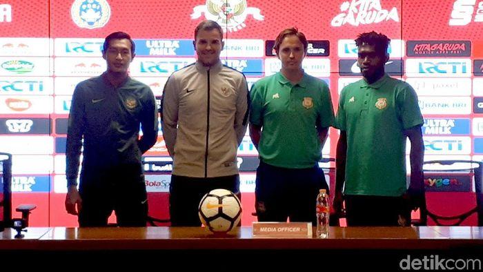 Pelatih Vanuatu Paul Munster dalam konferensi pers menjelang uji coba dengan Timnas Indonesia. (Mercy Raya/detikSport)