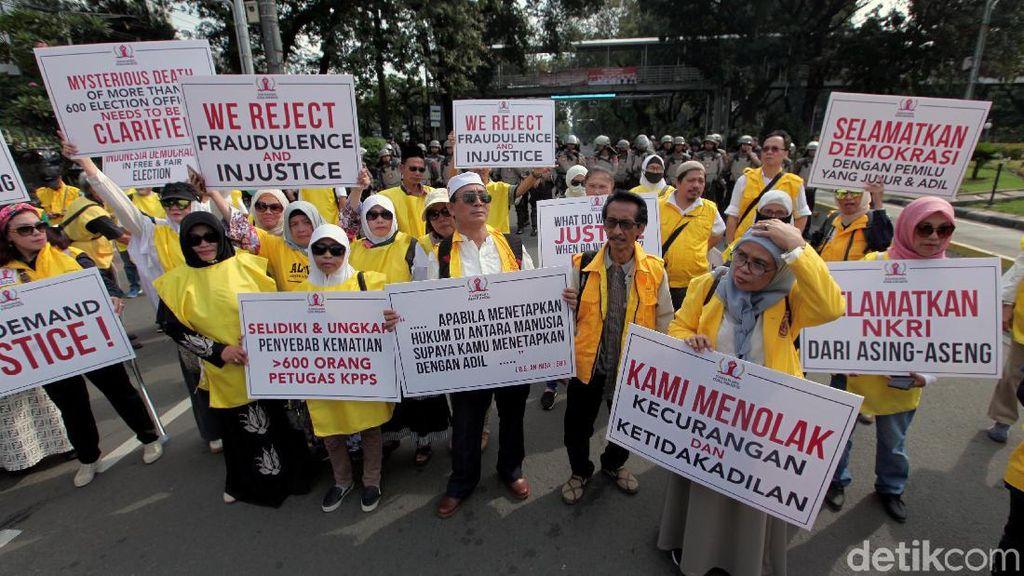 Aksi Massa Berompi Kuning Kawal Sidang Sengketa Pilpres