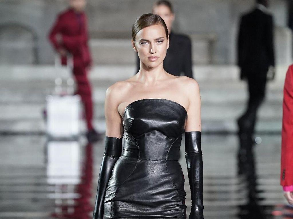 Foto: Irina Shayk Eksis Lagi di Catwalk Setelah Putus dari Bradley Cooper