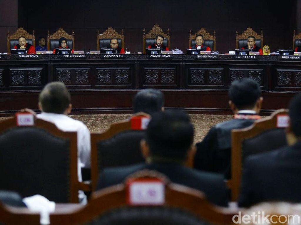 Hakim Suhartoyo dan Palguna Jadi Perhatian di Sidang Perdana