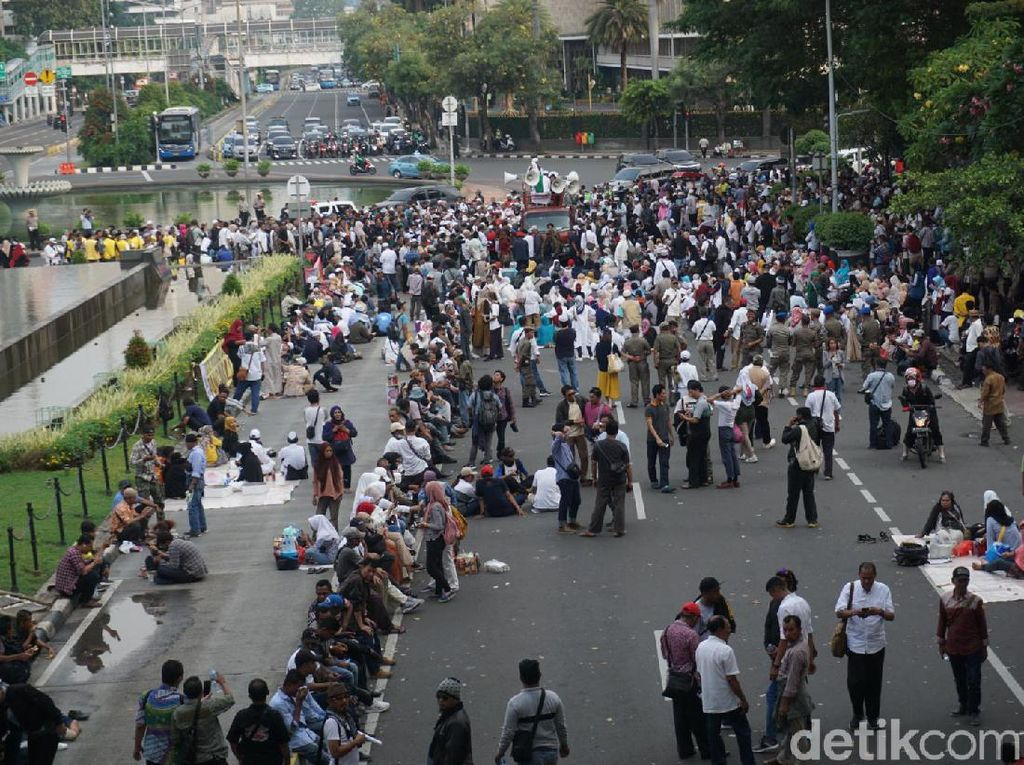 Sidang Ditutup, Massa Aksi Kawal MK Masih Bertahan di Patung Kuda