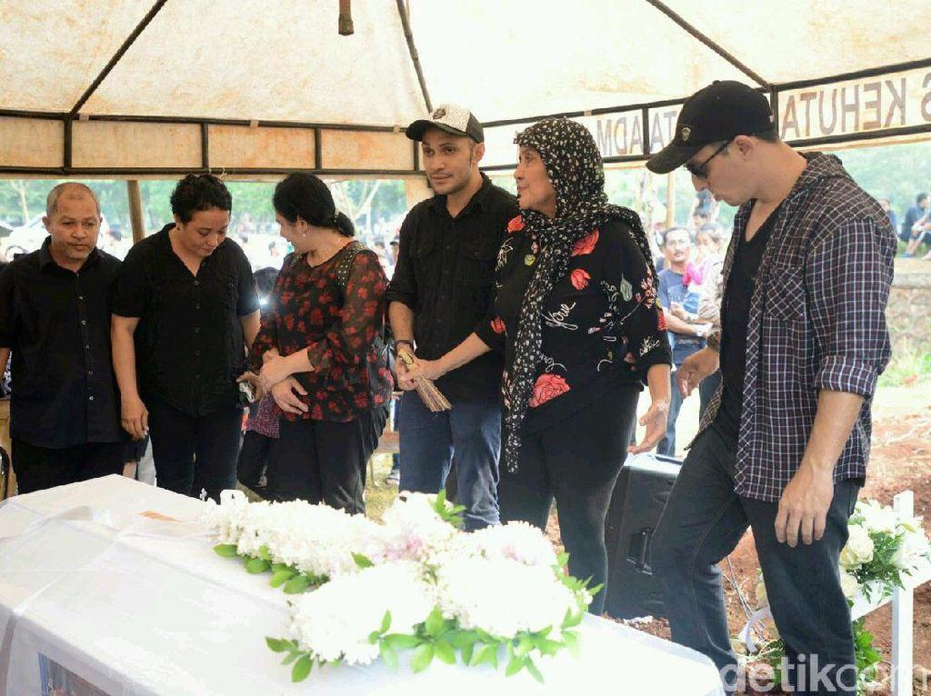 Haru Keluarga di Pemakaman Robby Sugara