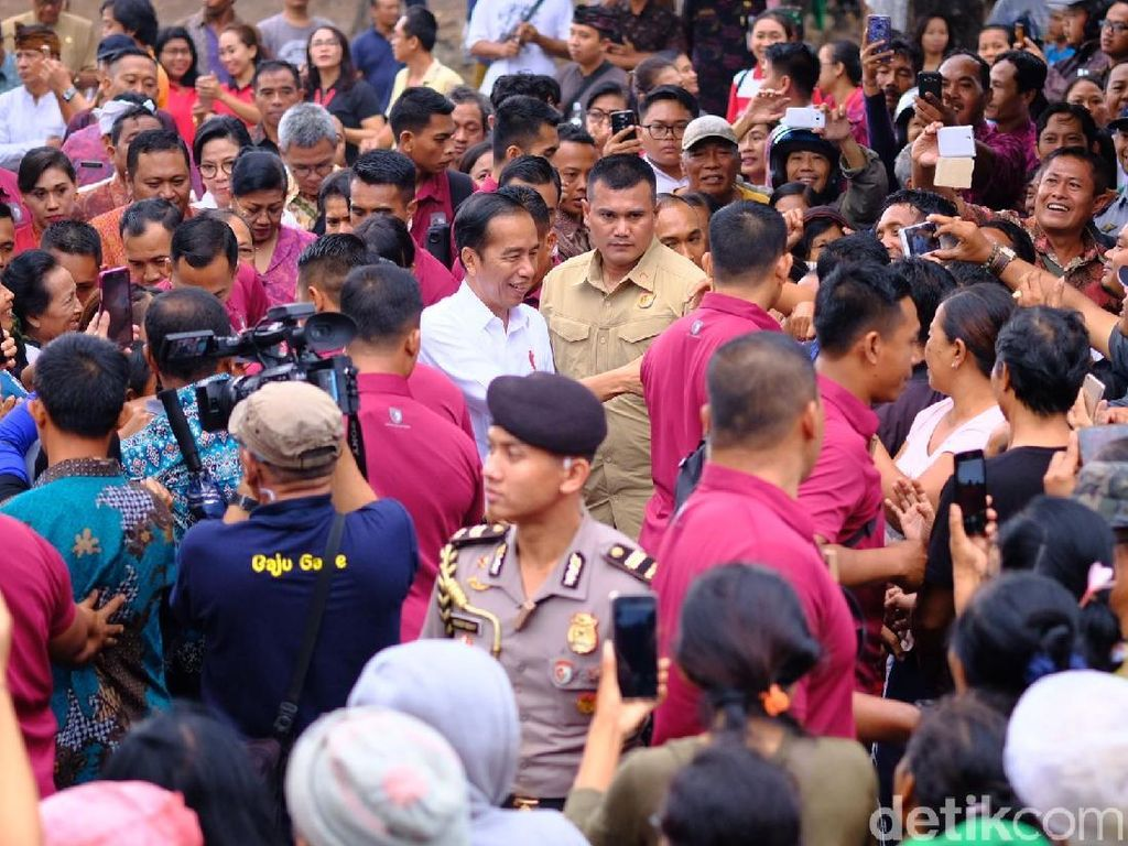 Saat Gerimis, Jokowi Tinjau Pasar Sukawati dan Belanja Buah